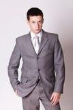 灰色诉讼的纵向英俊的人 免版税库存照片