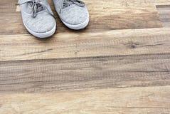 灰色运动鞋 免版税图库摄影