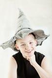 戴灰色针对性的帽子的愉快的男孩 库存图片