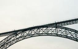 灰色铁路曲拱桥梁中部  免版税库存照片