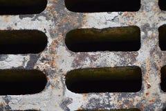 灰色铁锈风暴下水道入口花格 库存照片