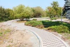 灰色铺的块-侧视图 有被摆正的石头的新的边路 库存图片