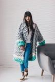 灰色长的被编织的羊毛衫的美丽的少妇 库存图片