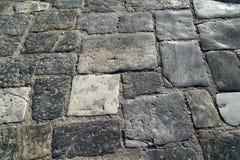 灰色颜色砖特写镜头树荫在自然裁减样式背景中使石纹理室外路面表面有大理石花纹在阳光下 免版税库存图片