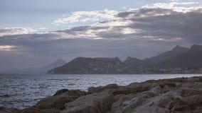 从灰蓝灰岩海滩的看法 免版税图库摄影