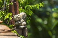 灰鼠灰泥玩偶在庭院里 免版税库存图片