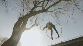 灵活的体操妇女执行在空中箍的杂技把戏户外 影视素材