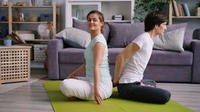 灵活的在家行使丈夫和的妻子一起做夫妇的瑜伽 股票视频