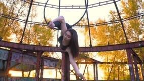 灵活的女孩执行在圆环空中杂技的,慢动作的麻线 股票视频