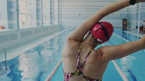灵活的年轻女性运动员背面图,当舒展和做准备时在游泳前的她 姿势更正 股票视频