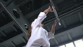 灵活的体操运动员在慢动作执行在空中箍的一个把戏 股票视频