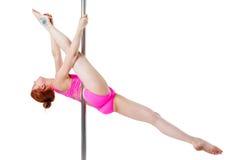 灵活的体操运动员显示她在一座定向塔的麻线在白色 免版税库存图片
