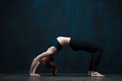 灵活的女子实践的先进的瑜伽asana 免版税库存照片