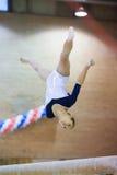 灵活的女孩在霍尔发电机体育场执行 免版税库存照片