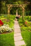 灵活的青少年的舞蹈家在美丽的庭院里 库存照片
