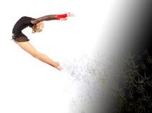 灵活的年轻体操运动员执行一锻炼与在whi的一个球 免版税图库摄影