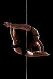 灵活的年轻杆舞蹈家二重奏  免版税库存照片