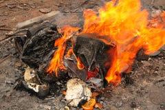 灼烧的垃圾 图库摄影