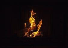 灼烧的壁炉日志 免版税库存照片