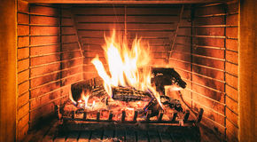 灼烧的壁炉日志 免版税库存图片