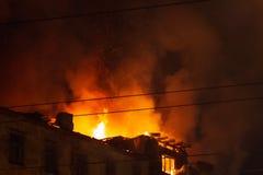 灼烧的大厦在晚上,房子屋顶火的发火焰 库存图片