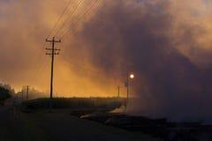 从灼烧的庄稼发茬的烟 库存照片