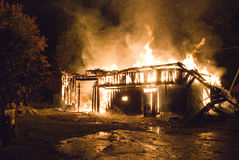 灼烧的房子晚上 图库摄影