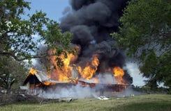 灼烧的房子 免版税库存图片