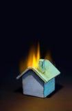 灼烧的房子 库存照片
