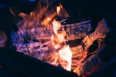 灼烧的日志和煤炭 免版税库存照片