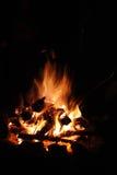 灼烧的日志夜桔子篝火 库存图片