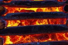 灼烧的日志美好的巨大篝火结构和火焰  库存图片