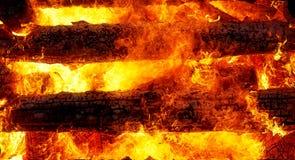 灼烧的日志美好的巨大篝火结构和火焰  图库摄影