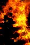 灼烧的日志美好的巨大篝火结构和火焰  免版税图库摄影