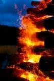 灼烧的日志美好的巨大篝火结构和火焰  免版税库存照片