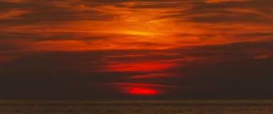 灼烧的橙色天空 免版税图库摄影
