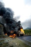 灼烧的汽油箱卡车公路事故 免版税库存图片
