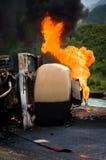 灼烧的汽油箱卡车公路事故 库存照片