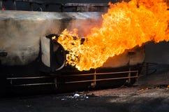 灼烧的汽油箱汽车公路事故 库存图片