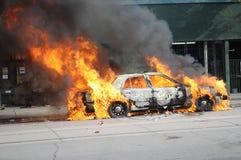灼烧的汽车在街市多伦多。 库存照片