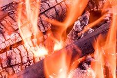 灼烧的火、烟、木头、灰和煤炭背景或纹理  库存图片
