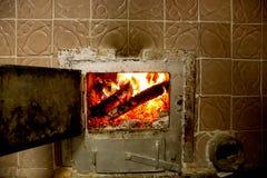 灼烧的火炉木头 免版税库存照片