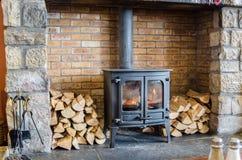 灼烧的火炉木头 免版税图库摄影