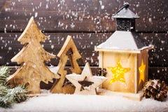 灼烧的灯笼和圣诞节装饰在晚上 库存图片