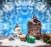 灼烧的灯笼和圣诞节装饰 免版税库存图片
