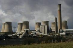 灼烧的煤炭发电厂 免版税库存图片