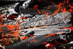 灼烧的煤炭,在火的火焰 图库摄影