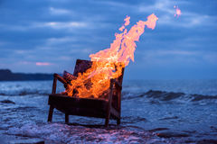 灼烧的老扶手椅子 库存图片