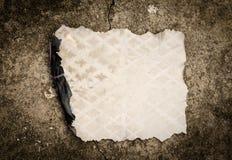 灼烧的老纸板料 免版税库存图片