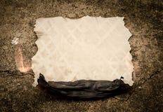 灼烧的老纸板料 库存图片